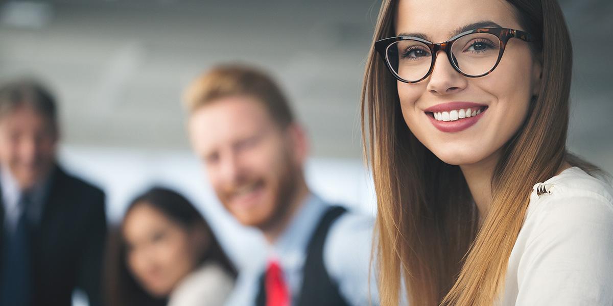 Junge Frau und Team in Dienstleistungsbranche