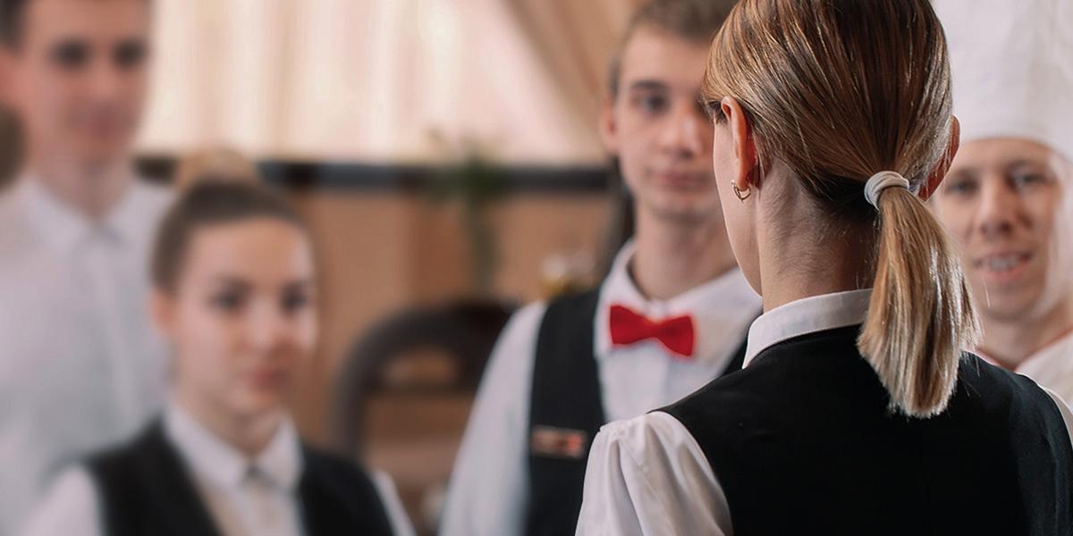 Hotel-Servicekräfte in einer Besprechung