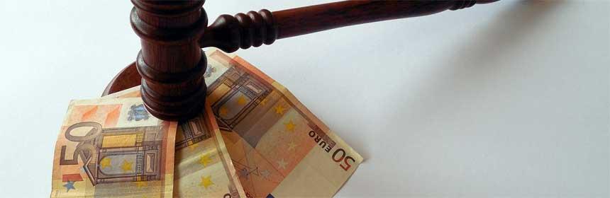 Geldscheine und Richter Hammer