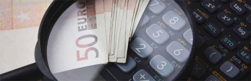 Geld Lupe und Taschenrechner